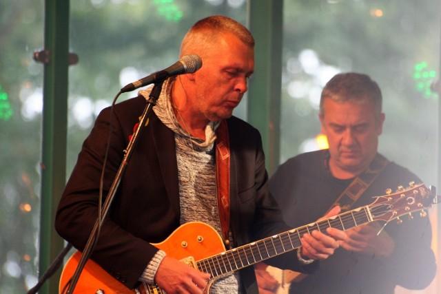 Zespół Raz, Dwa, Trzy wystąpił w Łabiszynie po raz pierwszy. Koncert zorganizowano na wyspie w ramach coniedzielnych spotkań na wyspie