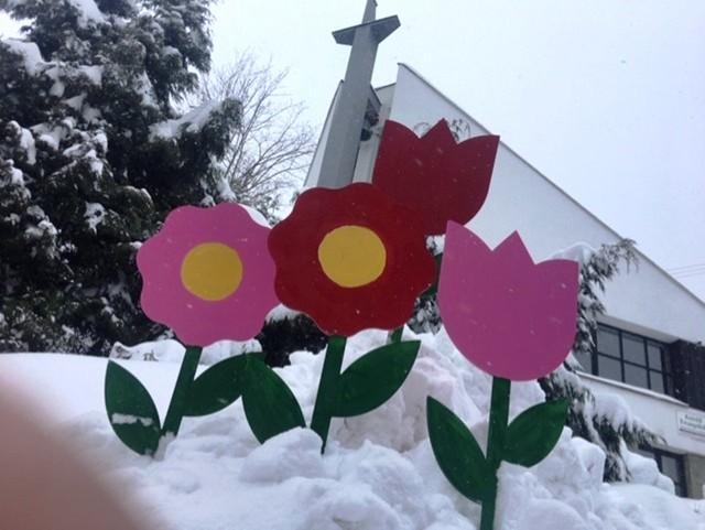 Drewniane makiety kwiatów duchowny ze Szczyrku otrzymał od firmy w Ustroniu. W parafii wieczorem rozpoczęło się ich malowanie, dzięki czemu wokół kościoła robi się kolorowo. Zobacz kolejne zdjęcia. Przesuwaj zdjęcia w prawo - naciśnij strzałkę lub przycisk NASTĘPNE