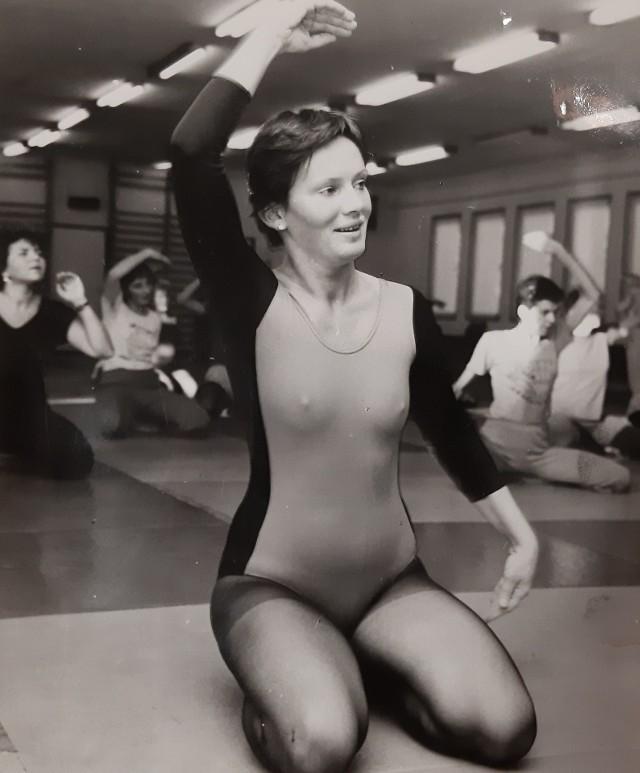 """Wracają siłownie. Tak ćwiczyliśmy 30 lat temu (ZDJĘCIA)Od soboty (6.06) ponownie otwarte są siłownie. Zapewne wiele osób cieszy się z tego powodu, bo """"bycie fit"""" jest dziś niezwykle modne. Siłownie i fitness to nie jest jednak nasz wynalazek. Ludzie ćwiczą od dawna, ale jak to wyglądało w Polsce 30 lat temu? No cóż - to klimaty, które już (na szczęście nie wrócą). Zobaczcie, jak ćwiczyliśmy trzy dekady temu.WAŻNE! Do kolejnych zdjęć można przejść za pomocą gestów lub strzałek!"""