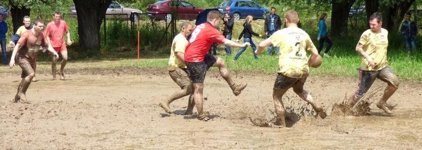 Tak piłkarską sambę – w błocie (prawie) po kolana – tańczyły Błotne Orły z Błotnowoli (w żółtych koszulkach) i Żirądin Blotneaux Częstochowa.