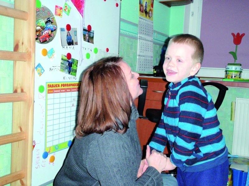 – Dzięki wieloaspektowej terapii Bartuś zaczął nawiązywać kontakt wzrokowy, przytulać się, potrafi się skoncentrować, więcej rozumie – opowiada jego mama