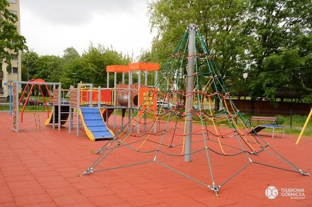Dąbrowskie place zabaw zostały poddane naprawom, wszystkie przeszły przeglądy i znów można z nich korzystać Zobacz kolejne zdjęcia/plansze. Przesuwaj zdjęcia w prawo - naciśnij strzałkę lub przycisk NASTĘPNE