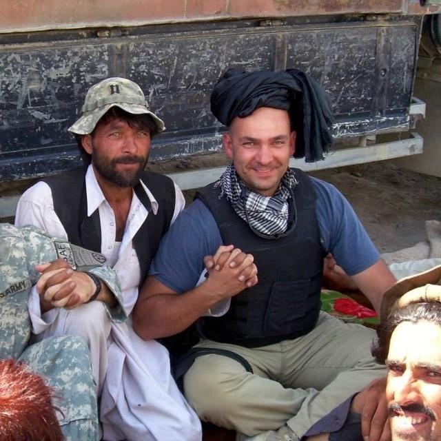 Major Adam Zieliński w trakcie negocjacji z Afgańczykami z Nanghar Khel po ostrzale wioski; sierpień 2007 r.