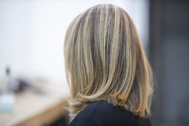 Teraz stawia się na lob. Najprościej tłumacząc, tego typu fryzura polega na skróceniu wszystkich włosów do ramion i pozostawieniu ich w lekkim nieładzie. Lob świetnie wygląda, a do tego - co się rzadko zdarza - każdemu pasuje.  Sezon jesień-zima to dobry czas, aby zaszaleć z włosami. Odważne kolory, ciekawe cięcia to znak rozpoznawczy tego sezonu. A co jeszcze jest modne? Na jakie fryzury postawiły gwiazdy ze świata show biznesu? Sprawdźcie. Sprawdźcie na kolejnych zdjęciach >>>>