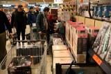 Podwyżki w Biedronce i Lidlu. W 2019 roku sklepy zmieniły wypłaty pracowników