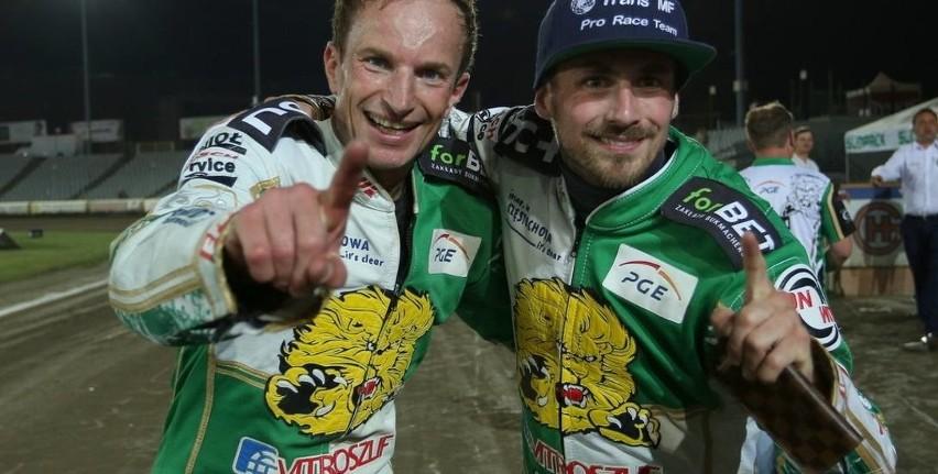 Leon Madsen (z prawej, obok Rune Holta) dzień wcześniej w...