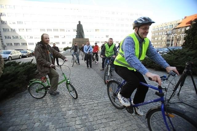 Urzędnicy Urzędu Marszałkowskiego na rowerach z marszałkiem Mirosławem Sekułą