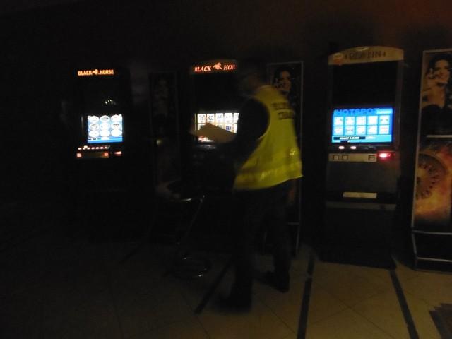 Funkcjonariusze Lubuskiego Urzędu Celno- Skarbowego w Gorzowie Wlkp. oraz policjanci z Żagania i Żar zlikwidowali osiem nielegalnych salonów gier hazardowych w Żarach i Żaganiu.WIDEO: W gminie Barcin zabezpieczono 8 nielegalnych automatów do gierNajpierw skontrolowali cztery podejrzane lokale w Żaganiu, gdzie zabezpieczyli piętnaście automatów, pieniądze pochodzące z nielegalnego procederu oraz tytoń bez polskich banderol.Następnie funkcjonariusze przeprowadzili podobne kontrole w czterech punktach w Żarach, gdzie podejrzewali, że są urządzane nielegalne gry na niezarejestrowanych automatach. Przeczytaj też:  Szok! Samolot leciał tuż nad autami jadącymi na S3- Były to miejsca, w których nie prowadzono żadnej innej działalności - handlowej, usługowej, gastronomicznej - poza urządzaniem gier na automatach. Na miejscu zabezpieczono łącznie dwanaście nielegalnych automatów do gier hazardowych - wyjaśnia Ewa Markowicz, rzecznik prasowy Izaby Administracji Skarbowej w Zielonej Górze. Sprawdzane lokalne nie miały wymaganych pozwoleń lub koncesji na prowadzenie tego typu działalności, a zabezpieczone automaty nie były zarejestrowane. Wszczęte zostały postępowania karne skarbowe i administracyjne, które mają ustalić właścicieli i organizatorów tego nielegalnego procederu.WIDEO: Nielegalny hazard w Szczecinie- Kara za jeden nielegalny automat może sięgnąć nawet do 100 tyś. złotych. Urządzający grę hazardową, której urządzanie stanowi monopol państwa musi liczyć się z konsekwencjami finansowymi w postaci nawet do 500 tyś. zł. W ubiegłym roku na terenie województwa lubuskiego zabezpieczono łącznie dwieście pięćdziesiąt nielegalnych automatów do gier hazardowych - dodaje Ewa Markowicz.