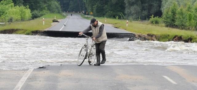 O ratunek błagają mieszkańcy podnowosolskiego Przyborowa. Zamiast czterech kilometrów do szkoły, pracy muszą jeździć 80. Wszystko za sprawą Odry, która zerwała drogę. Kiedy trasa będzie naprawiona? Może za kilka tygodni.