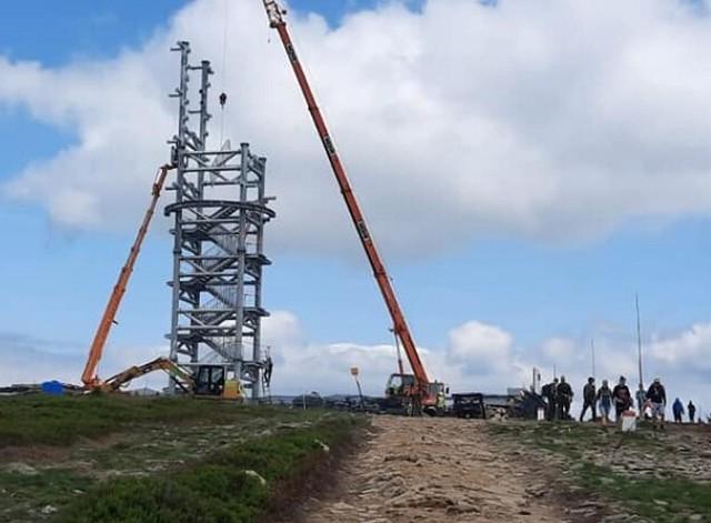 Budowa wieży widokowej na Śnieżniku Kłodzkim. Stan na drugą połowę lipca 2021 roku