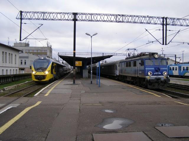 31WE-027 i 028 jako pociąg specjalny ROJ 85850 relacji Słupsk - Gdynia Chylonia na stacji Słupsk