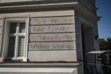 Ślady historii ukryte pod tynkiem poznańskich kamienic. Zobacz, jak prezentują się po odnowie historyczne napisy na Śródce