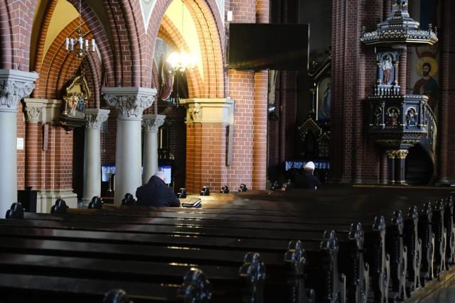 Koronawirus sprawił, że ławki w kościele opustoszały. Teraz w nabożeństwach nie może brać udziału więcej niż 5 osób łącznie, nie licząc księdza