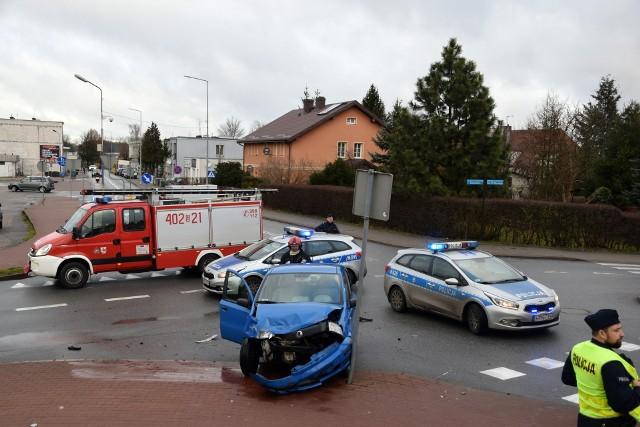 Dzisiaj (piątek) po godzinie 12 doszło do zderzenia dwóch samochodów osobowych na skrzyżowaniu ulic Małopolskiej i Sikorskiego w Miastku. Dwie osoby zostały poszkodowane.