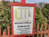 """""""Szczepionka zabija!"""". Plakaty na przystankach i kościelnej tablicy z klepsydrami"""