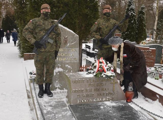 Kwiaty na symbolicznej mogile składa Danuta Szeliga, która 10 lutego 1940 została wywieziona do Archangielska.