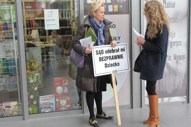 Zdesperowana Elżbieta Wisz w marcu protestowała w budynku Sądu Rejonowego w Rzeszowie przeciwko decyzjom sądu w sprawie jej córki.