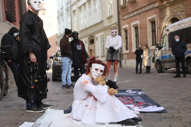 Protest na ulicy Kanoniczej, gdzie mieszka kardynał Stanisław Dziwisz