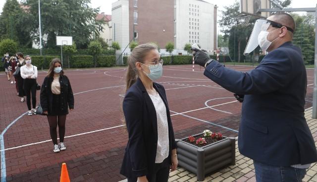 Uczniowie z III LO w Rzeszowie przed maturą z matematyki mieli mierzona temperaturę.
