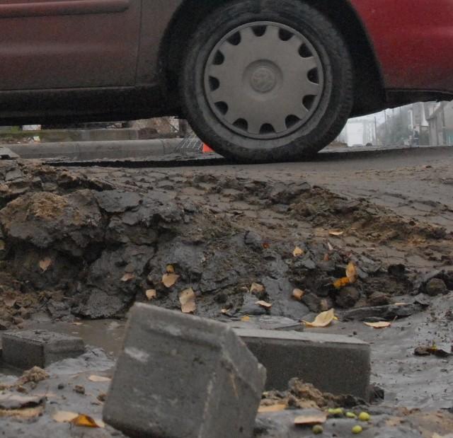 Skrzyżowanie ul. Lipowej i Kwiatowej przypomina na razie czołgowisko. W błocie grzęzną ludzie i auta.