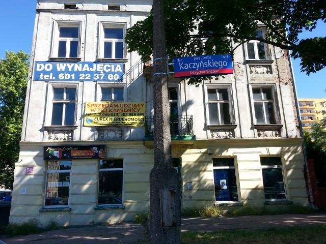 Plac Lecha Kaczyńskiego w Łodzi znowu jest oznaczony tabliczkami z nazwiskiem jego patrona. Dwie nowe pojawiły się w tym tygodniu, po tym jak poprzednie zostały skradzione w maju.