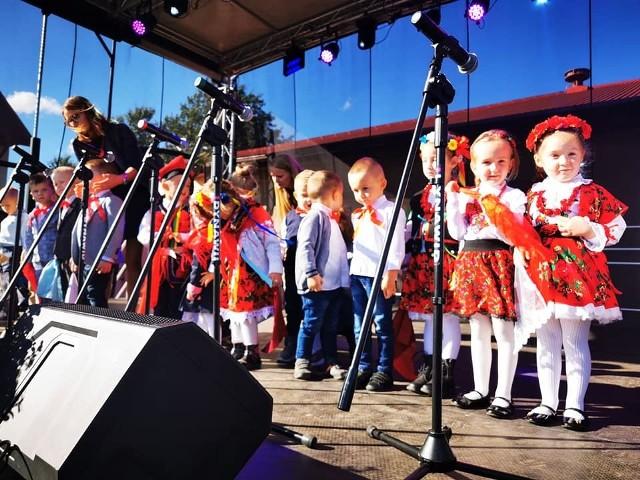 Za nami VII Przegląd Twórczości Ludowej Jesień z Folklorem w Oblekoniu. Podczas tegorocznego wydarzenia, 4 października wystąpiło 28 zespołów i solistów z województwa świętokrzyskiego i z Małopolski. To było piękne wydarzenie, pokazujące jak muzyka może łączyć pokolenia. Więcej zdjęć na kolejnych slajdach.