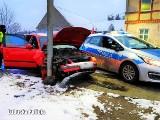 Pościg ulicami Żar. Kierowca passata chciał staranować radiowóz. Jazdę skończył na przydrożnej latarni. Był pod wpływem narkotyków