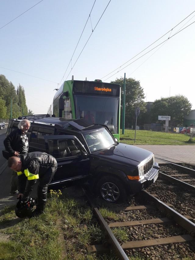 Około godziny 9:10 na ul. Starołęckiej doszło do kolizji tramwaju linii nr 17 z samochodem osobowym.