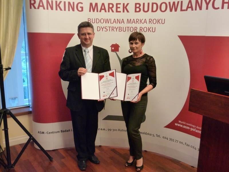 Paweł Arabas, product manager oraz Katarzyna Skiba, specjalista Biura Promocji i Reklamy z pamiątkowymi dyplomami.