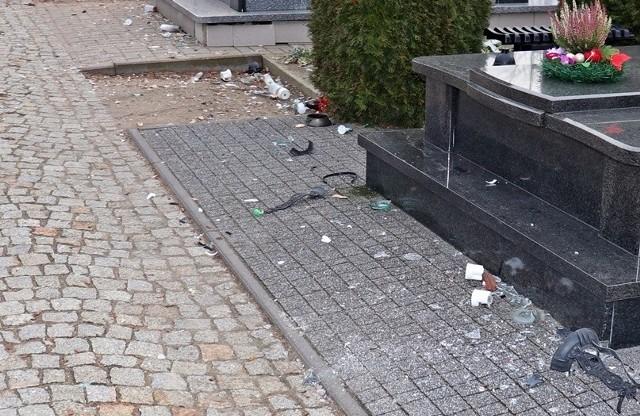 Łomżyńscy policjanci, zatrzymali dwóch podejrzanych o zniszczenie mienia i znieważenie miejsc spoczynku osób zmarłych oraz głośne i wulgarne zachowanie na jednym z łomżyńskich cmentarzy