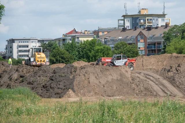 Trwa budowa pierwszego etapu trasy tramwajowej na Naramowice. Wygradzane są kolejne fragmenty placu budowy, co wiąże się ze zmianami w ruchu pieszych i rowerzystów oraz ograniczeniem wjazdu na pobliskie parkingi.Przejdź do kolejnego zdjęcia --->