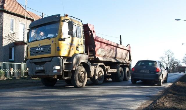 Codziennie od godz. 6 do 22 po ul. Brodzkiej przejeżdżają setki tirów. Prawie cały czas jeździ tam co najmniej jedno auto na minutę