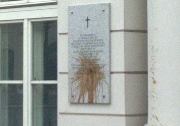 Tablica przy Pałacu Prezydenckim została ochlapana fekaliami.