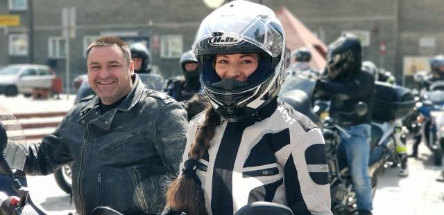 Miłośnicy dwóch kółek zjechali na plac Żeromskiego. Dla części motocyklistów był to pierwszy w tym roku wyjazd z garażu. Podczas otwarcia uczestnicy spotkania zrobili sobie pamiątkowe zdjęcia i przejechali pokazowo ulicami Strzelec Opolskich. W spotkaniu uczestniczyło około stu osób. Potem motocykliści pojechali na Barkę, gdzie poświęcili pokarmy.