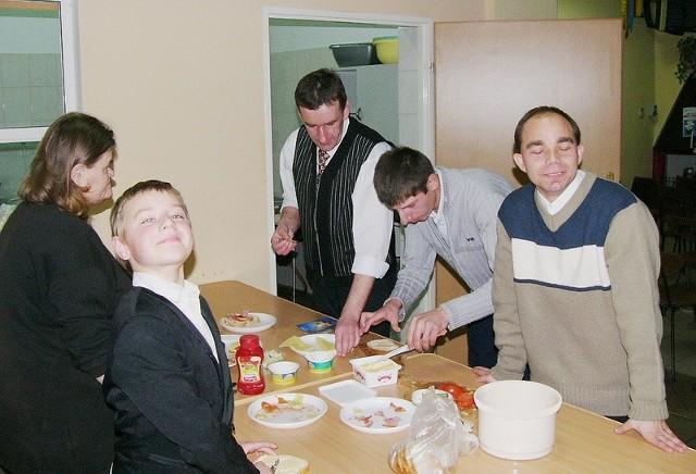 Dwa razy w tygodniu do świetlicy wiejskiej w Jędrzejewie dowożonych jest 10 osób w wieku 15 - 50 lat. Gotują, tworzą, cieszą się