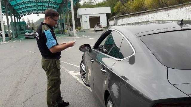 Aktualnie dziewięciu funkcjonariuszy BiOSG jest na misjach zagranicznych. Nz. kontrola na granicy serbsko - bułgarskiej.