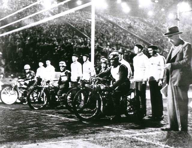 Żużlowcy gotowi do startu w 1. wyścigu 10 września 1936