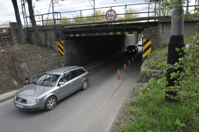 Po przebudowie, pod wiaduktem w rejonie ulicy Batorego, zamiast jednego będą trzy pasy ruchu.