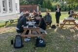 Szkoła w Poznaniu lekcje prowadzi na świeżym powietrzu - tak Zespół Szkół Łączności minimalizuje ryzyko zakażenia koronawirusem
