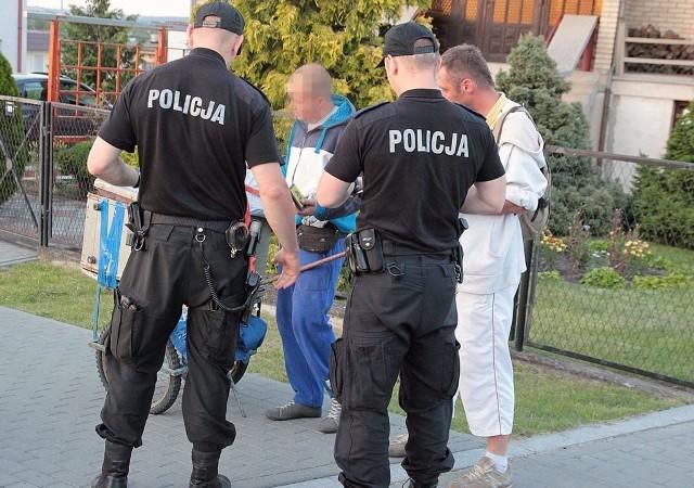 Policjanci pilnują porządku i stoją na straży prawa. Podczas interwencji spotykają się z różnymi reakcjami ludzi. Jedni i drudzy na niestosowne zachowania skarżą się do prokuratury