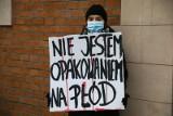 """""""Moja wolność to żaden wasz grzech"""". Protest przed regionalną siedzibą PiS-u na ul. Retoryka. Przyszło kilka osób"""