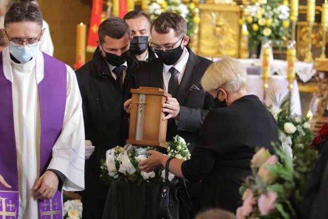 Pogrzeb prof. Leszka Miszczyka. Rodzina i bliscy pożegnali znanego wybitnego lekarza w Wilczy.Zobacz kolejne zdjęcia. Przesuwaj zdjęcia w prawo - naciśnij strzałkę lub przycisk NASTĘPNE