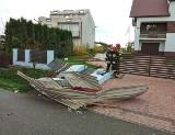 Nawałnica zrywała dachy, łamała drzewa, przewróciła ciągnik. Trwa usuwanie strat. IMGW ostrzega przed burzami