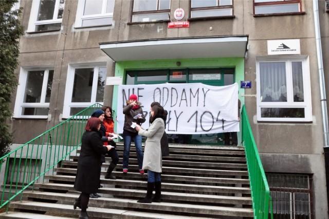Protest rodziców przeciwko zamiarowi likwidacji szkoły podstawowej nr 104 w Nowej Hucie. Zdjęcie ze stycznia 2013 r.