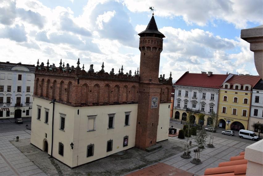 Jednym z najstarszych budynków ceglanych w Tarnowie jest bazylika katedralna oraz ratusz miejski