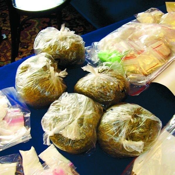 Prócz marihuany, haszyszu, amfetaminy i extasy dilerzy mieli kastety i składaną pałkę. Nie stawiali oporu przy zatrzymaniu.