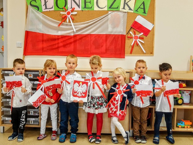 Przedszkolaki z gminy Wielka Wieś odśpiewały hymn w swoich placówkach trzepocząc biało-czerwonymi flagami