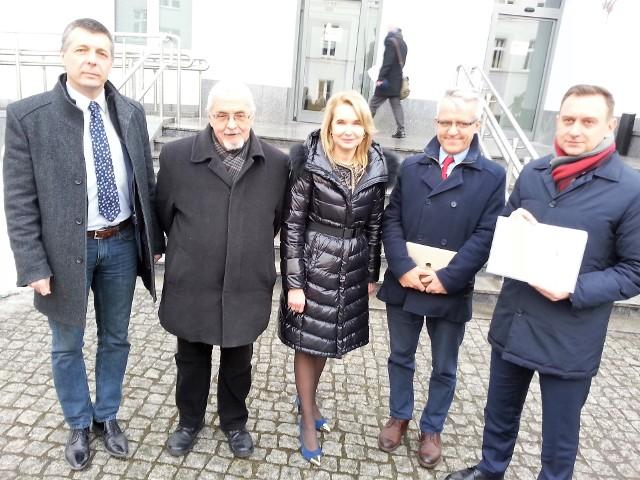 Treli (od prawej) towarzyszyła podczas czwartkowej prezentacji trójka radnych klubu SLD (z lewej) oraz prof. Jarosław Płuciennik, były prorektor UŁ