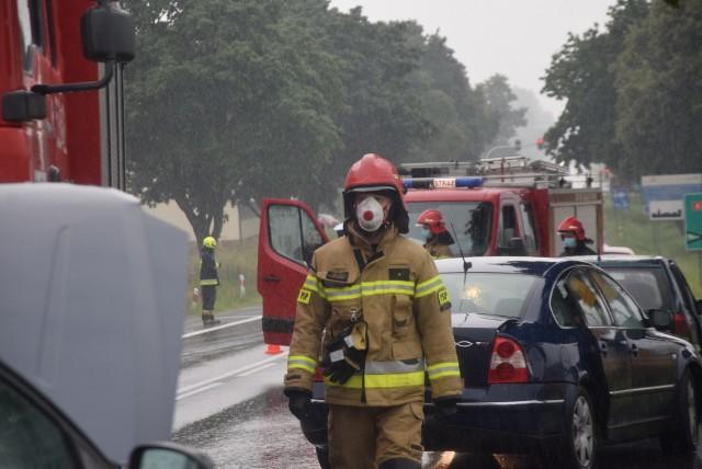Pięć aut osobowych zderzyło się na Górce Woźnickiej pod Sieradzem. Do zderzenia doszło około 16.20, podczas intensywnie padającego deszczu,  na pasie drogi prowadzącej ze Zduńskiej Woli do Sieradza.