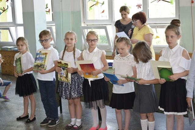We wtorek, 19 czerwca , w Szkole Podstawowej nr 4 odbył się uroczysty apel, podsumowujący osiągnięcia uczniów klas I-III. Uczniowie otrzymali nagrody za zajęcie wysokich miejsc w konkursach szkolnych.